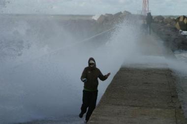 Stebėti audrą, siautėjančią ties molu, viena didžiausių klaipėdiečių atrakcijų. diena.lt nuotr.