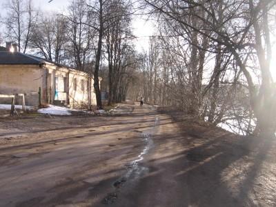 Ši mažo miestuko gatvę primenanti aplinka - beveik Vilniaus širdyje, prie upės. Nežinau kodėl, bet, nepaisant purvyno vietoje kelio, ji man - visai jauki.