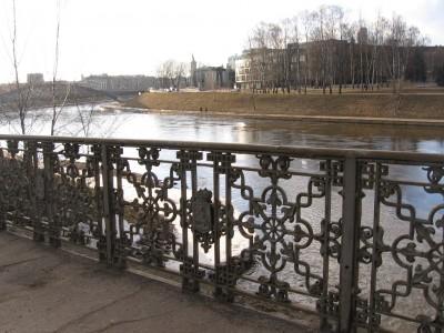 Per Vilnelę ties Gedimino bokštu, veda žavus tiltelis.